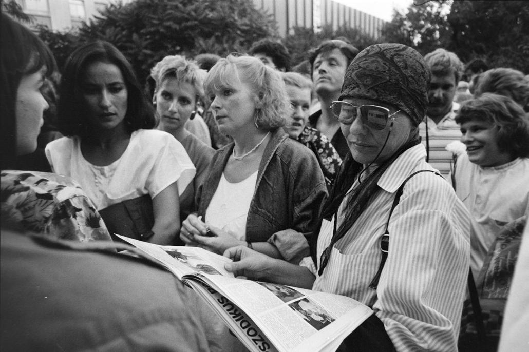 fortepan Törőcsik Mari 1990 Blaha Lujza tér, a Színészkarnevál előestéjén fáklyás felvonulásra gyülekezők. Előtérben Ráckevei Anna, Kubik Anna és Törőcsik Mari színművésznők.