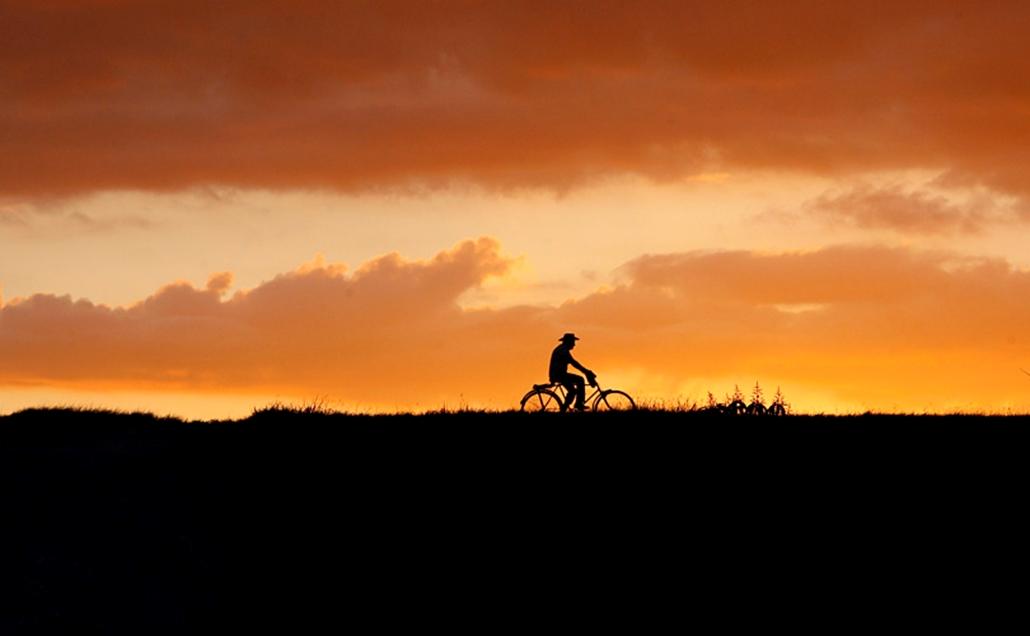 Bicikliző férfi Kubában.