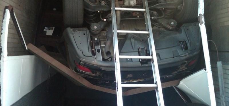 Szokatlan baleset: liftaknába zuhant egy autó New Yorkban - fotók