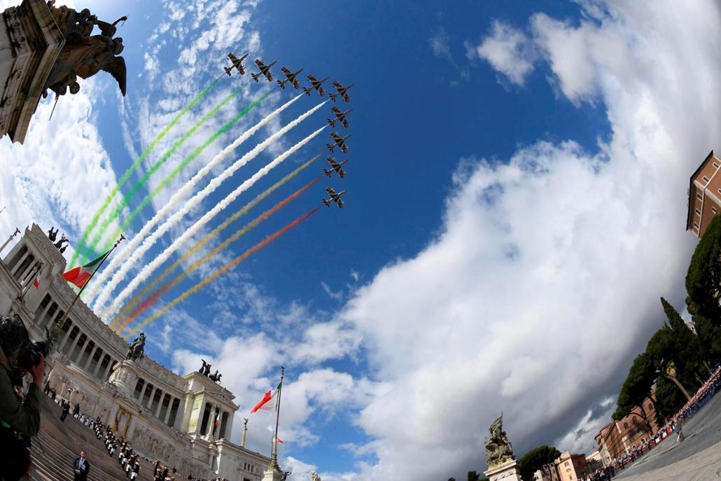 mti.16.05.02. -  Róma: az olasz zászló színeit idézik füsttel a légierő vadászgépei az Olasz Köztársaság kikiáltásának 70. évfordulója alkalmából rendezett ünnepségen Rómában 2016. június 2-án.