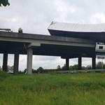 Több képet kaptunk olvasónktól, az M3-as hídján lógó kamionról