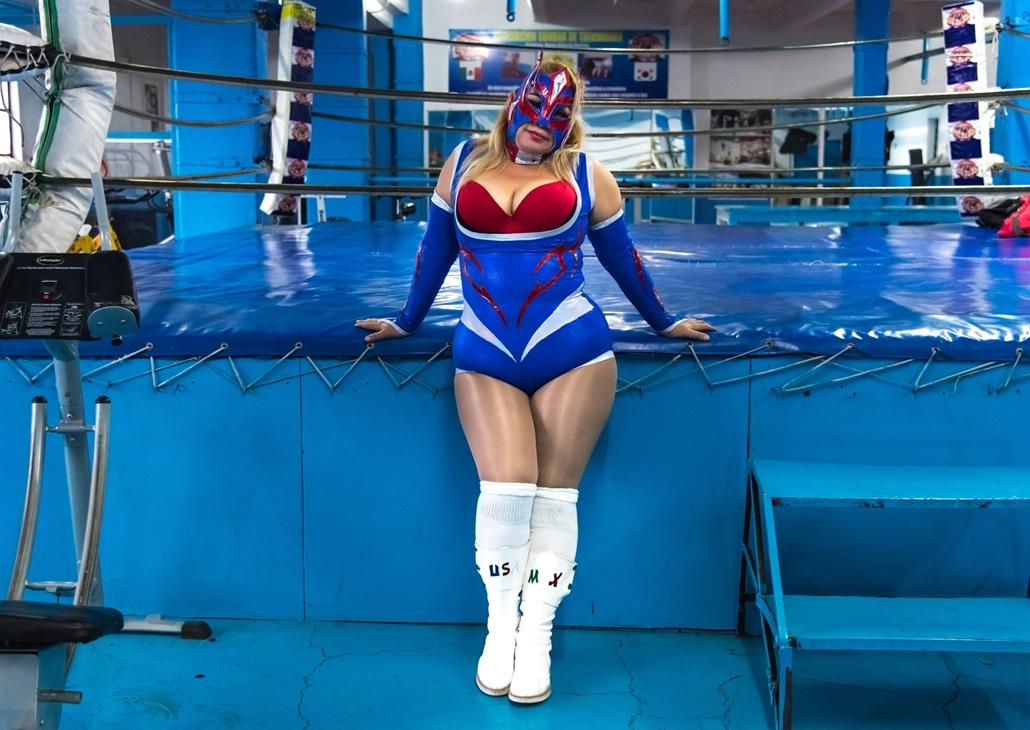 afp.18.02. - AFP nőnap - Crystal mexikói pankrátor a ring mellett Mexikó városban