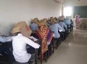 Egy iskolában kartondobozt húztak a diákok fejére, hogy ne tudjanak lesni