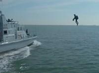 Repülő Iron Maneket csinál katonáiból a brit haditengerészet, így szállnak át az ellenséges hajókra