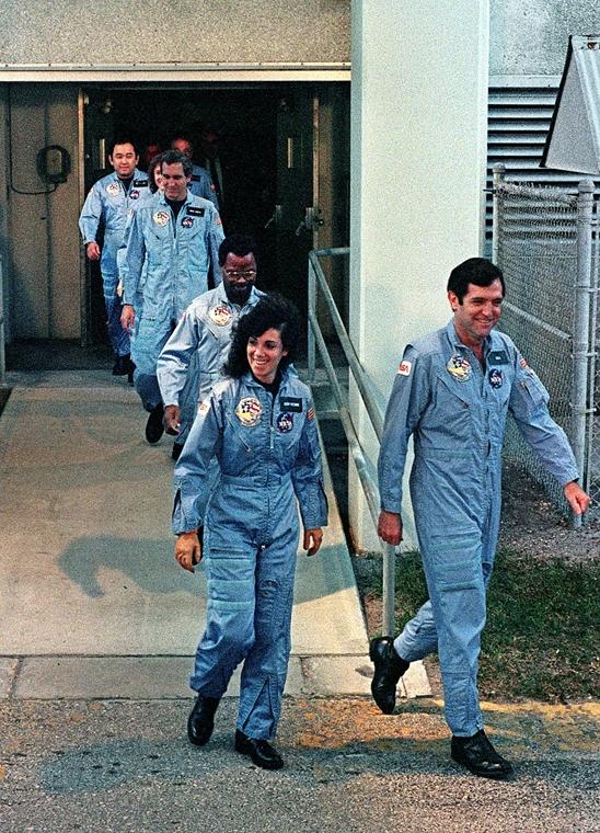 afp. Challenger-katasztrófa, 1986.01.28. Challenger űrrepülőgép legényésge, Kennedy Űrközpont, Florida,  Leading the crew is Commander Francis Scobee, followed by Judith Resnik, Ronald McNair, Michael Smith, teacher Christa Mcauliffe and Ellison Onizuka.