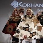 Szőnyegekből készített, meglepő ruhakollekcióval dobbantott a Korhani