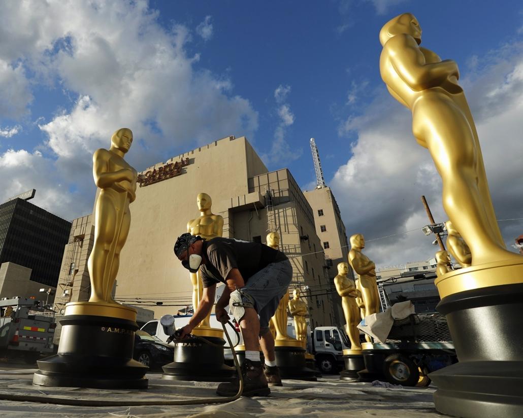 epa.17.02.23. - Hollywood, USA: A gála díszleteként használt Oscar-szobrok festése egy Los Angeles-i parkolóban a Hollywood Boulevard közelében. - 7képei, oscar-díj