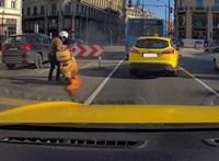 Kigyulladt robogójával küzdött egy motoros az Erzsébet hídon – videó