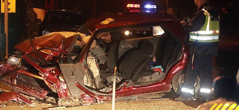 Fotók: Felismerhetetlenségig roncsólódott az autó a hajnali halálos balesetben