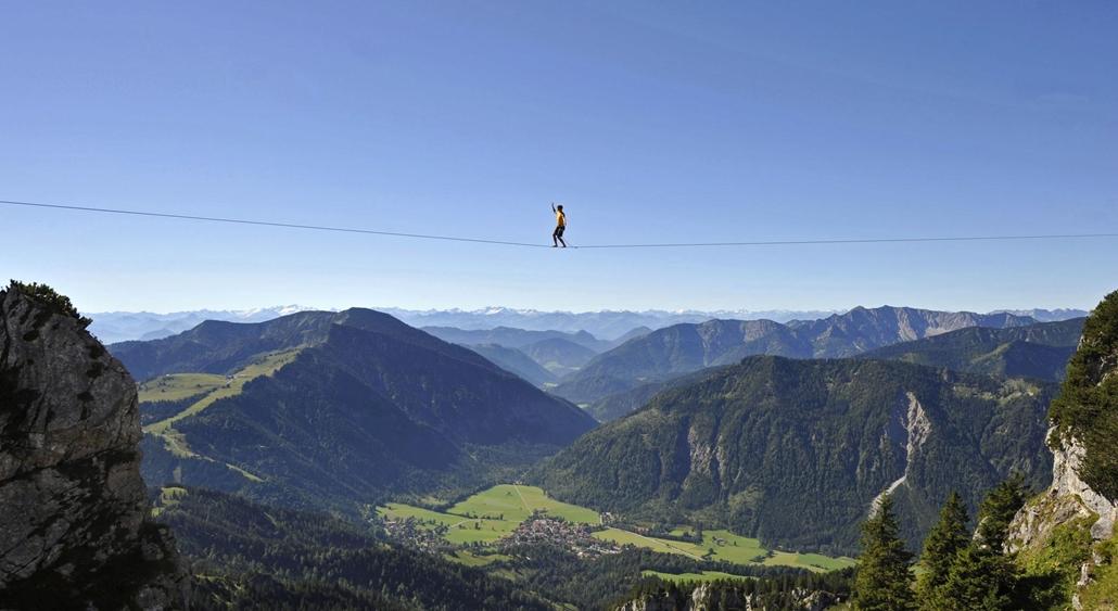 Sportkötéltáncos egyensúlyoz lazán kifeszített kötélen a Wendelstein-hegyen, a bajor Alpokban, Bayrischzell közelében 2012. augusztus 19-én. A férfi ugyan használt biztonsági kötelet, de 70 méter kellett megtennie 1800 méteres magasságban.