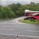 Minden elismerésünk a kamionosé, aki egy 60 méteres szerelvénnyel fordult be jobbra – videó