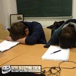 Ilyen fotók terjednek a Facebookon: szunyókáló egyetemistákon röhög az internet