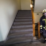 Nézegessen lépcsőfutó versenyen induló tűzoltót