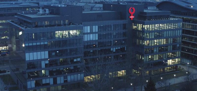 Egy hétre lecserélte logóját a Vodafone a budapesti székházon, és tovább is mennének
