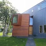 Pofon egyszerű alaszkai ház, sok fával és fémmel