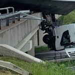 Egy kamion sofőrfülkéje lóg az M3-as autópályahídján Miskolcnál