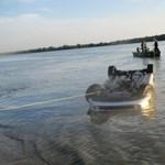 Fékezés nélkül hajtott a Dunába a lórévi kompról a mercedeses – fotó