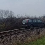 A nap fotója: egy sínre keveredett Ford bénította le a debreceni vasútvonalat