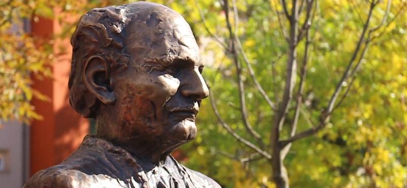 Nézze meg, milyen lett Göncz Árpád első köztéri szobra – videó