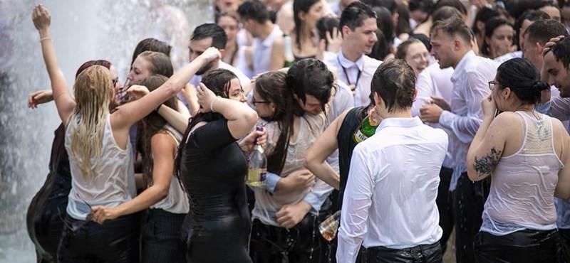 Vizsga után bele a szökőkútba - így ünnepeltek a szegedi diplomás medikusok