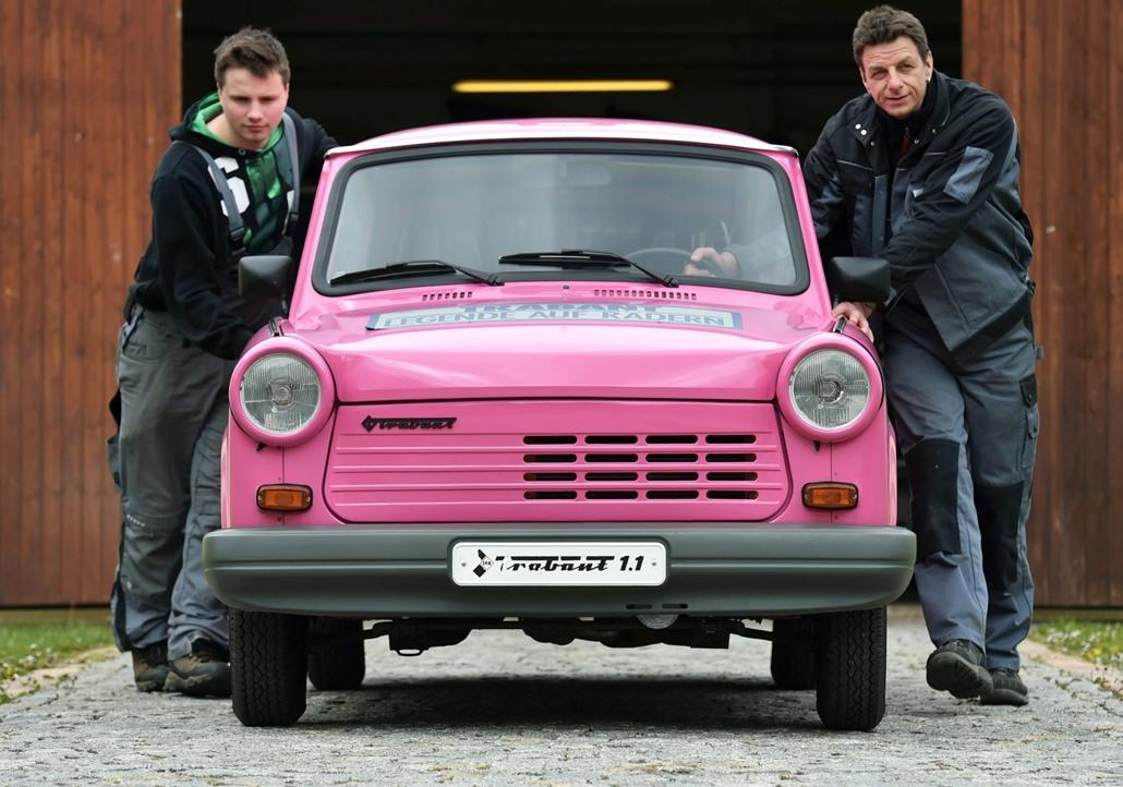 mti.16.04.28. - Zwickau: Tino Heimann (j) és Marvin Domsch, a zwickaui autós múzeum munkatársai kigurítják az utolsó sorozatban gyártott Trabantot a múzeum műhelyéből 2016. április 27-én. A már 1,1 literes Volkswagen motorral szerelt rózsaszín kombi 1991.