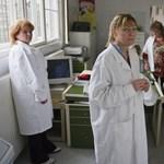 Rámenős ügynökökkel vadásszák le a kiábrándult orvosokat