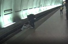 Utasok mentették ki a metrósínekre esett vak férfit