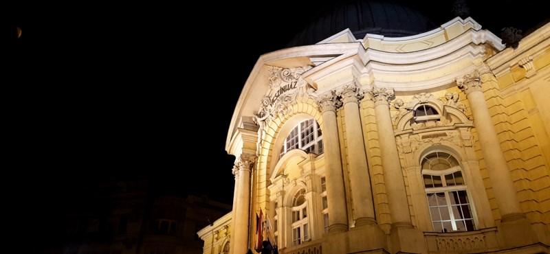 Csalók árulnak hamis jegyeket a Vígszínházba