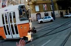 Villamos ütközött egy autóval a Döbrentei téren