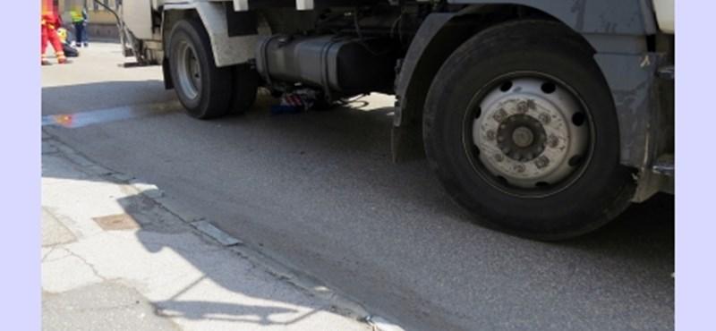 Teherautó gázolt halálra egy bicikliző nőt Kecskeméten – fotók