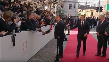"""Macron és Orbán """"kézfogása"""" alighanem a hónap legfurcsább politikai pillanata"""