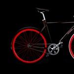 A nap bringája: szexi fekete-piros ördög