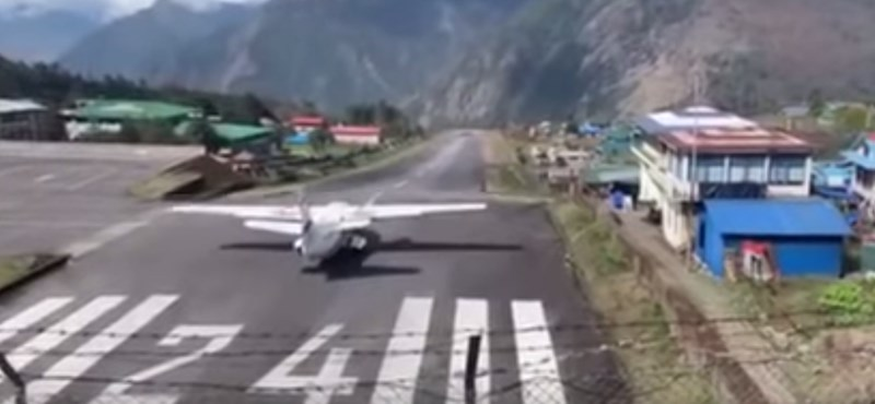 Helikopterek közé csapódott egy repülőgép a világ legextrémebb repülőterén