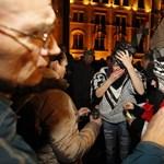 Fotó: Vérző fejű emberek a Kossuth téri dulakodás után