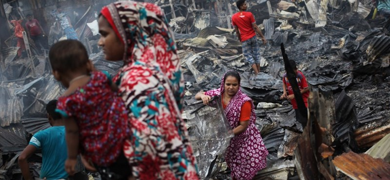 Tűz pusztított a bangladesi főváros egyik nyomornegyedében - képek