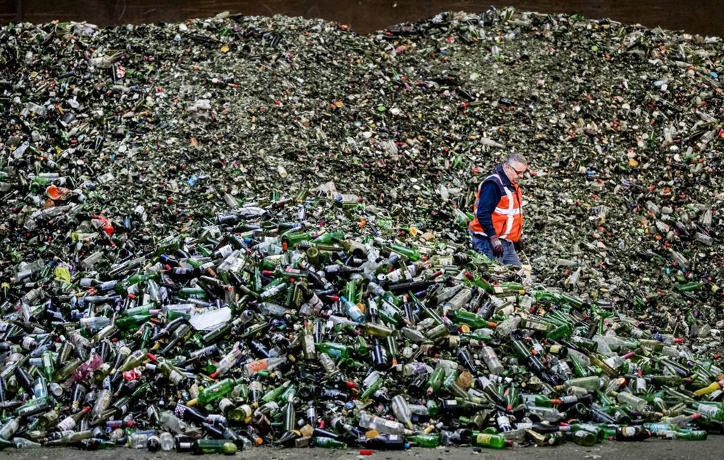 afp.17.01.03. Egy férfi áll palackok között egy üveg újrahasznosító üzemben, Gameren-ben, Hollandiában. nagyítás, üveg, palack, üveg újrahasznosító üzem, Hollandia