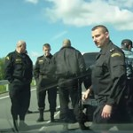 Ezért nem ajánlott rohamrendőröket előzgetni Oroszországban – videó