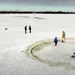 Óriási jégkörhintát vágott a tóba az unokáknak egy észt nagypapa