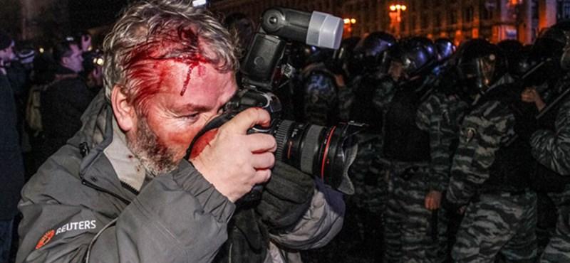 Traktorral rontottak a rendőrségi kordonnak Kijevben