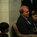 Videó: Lackfi János mesélt a beteg gyerekeknek a Bethesdában