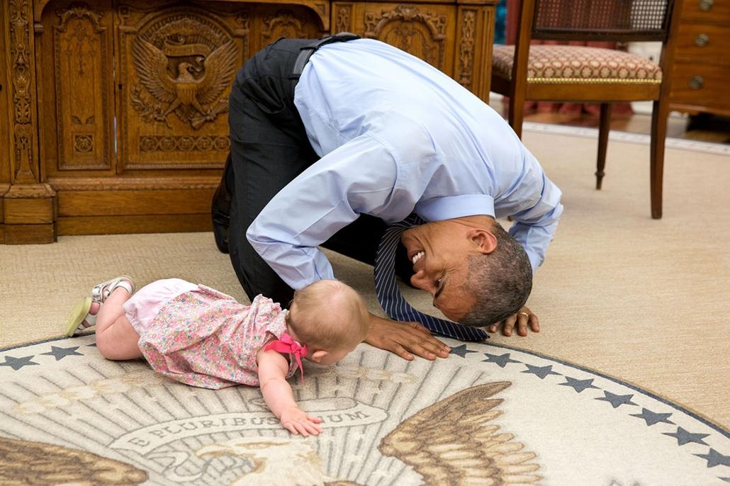 lehetőleg ne - flickrCC_! - 15.06.04. - Washington, USA: Barack Obama Ben Rhodes helyettes nemzetbiztonsági tanácsadó lányával 2015. június 6-án. - Barack Obama nagyítás