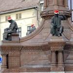 Mikulássapka-terroristák járták végig Pécs szobrait