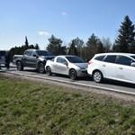 Hat autó csúszott egymásba a 84-es úton