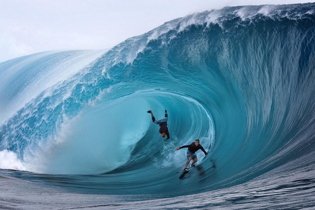 13.06.01. - Teahupoo Reef, Francia Polinézia: az amerikai Garrett McNamara (balra) és honfitársa, Mark Healey versengése - évképei, az év sportképei