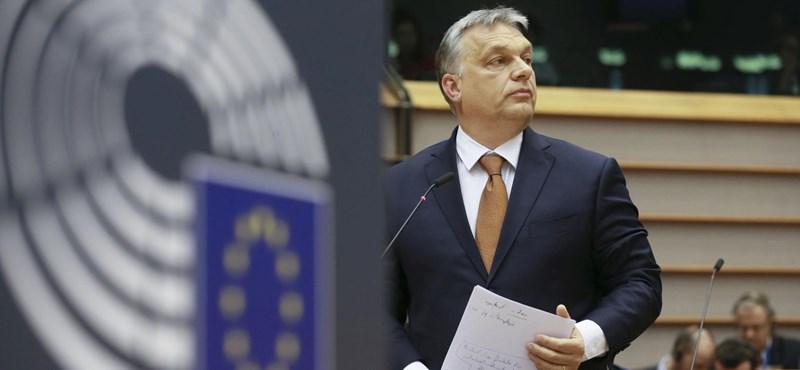 Orbán Viktor két szék közül a pad alá eshet a Néppártban