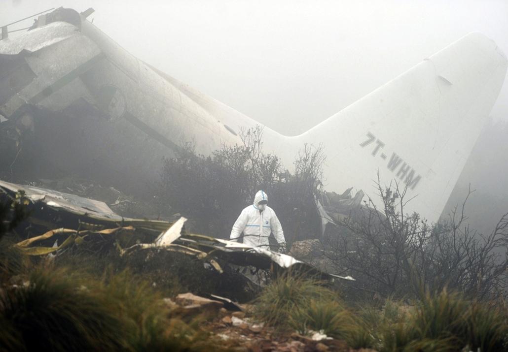 afp.14.02.12. - Repülőszerencsétlenség Algériában - katonai szállító repülőgép roncsa hever az Algéria keleti részén fekvő Umm-el-Buági tartományban. egy nappal az után, hogy gép nekiütközött egy hegynek, majd lezuhant. A Hercules C-130-as típusú gép fedé