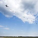 Fotó: Száz ejtőernyős katonát dobtak le Pápán