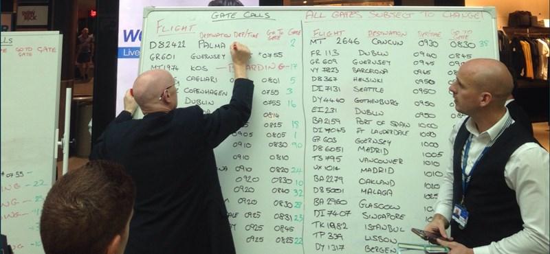 Összeomlott a tájékoztatás a gatwicki repülőtéren, kézzel írják ki az indulásokat
