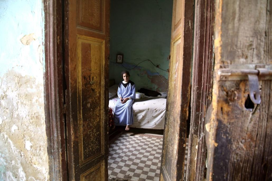 mti. hét képei - Kairó, 2014.10.15. Fiatal lány egy kriptában kialakított hálószobában a Kairó keleti felén több mint hat kilométer hosszan elnyúló el-Aráfa temetőben, az úgynevezett Holtak Városában 2014. október 8-án. Aki Egyiptomban a nyomornegyedekben