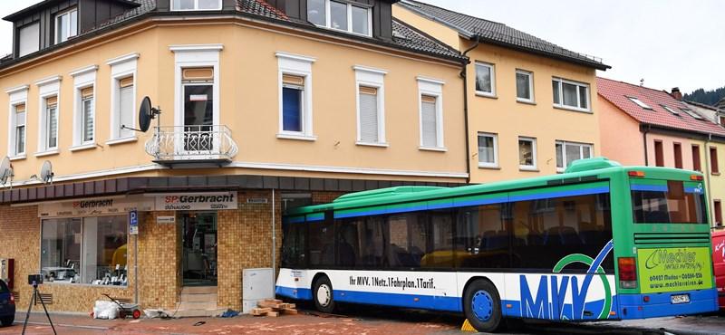 Bolt falának rohant egy zsúfolt iskolabusz Németországban – fotók